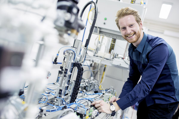 Service technician in mechanical engineering